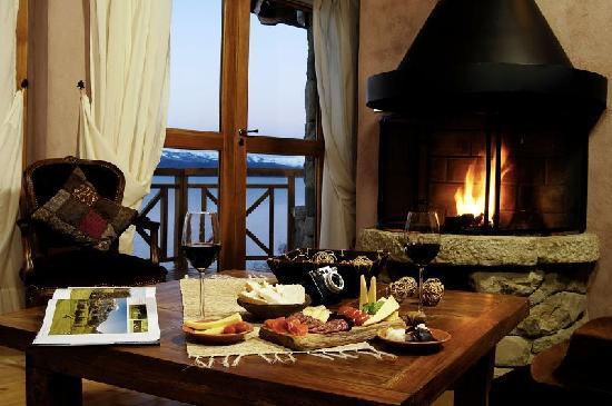 Lirolay Suites: Hogar a leña y picada de ahumados patagonicos