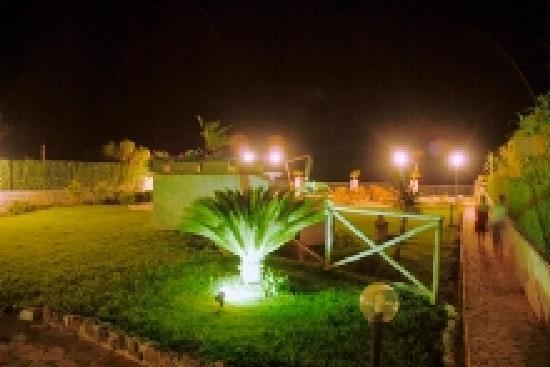 Albergo Belvedere: Giardino notturno