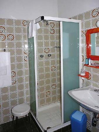 Hotel Meuble Florida: Shower room with toilet and bidet