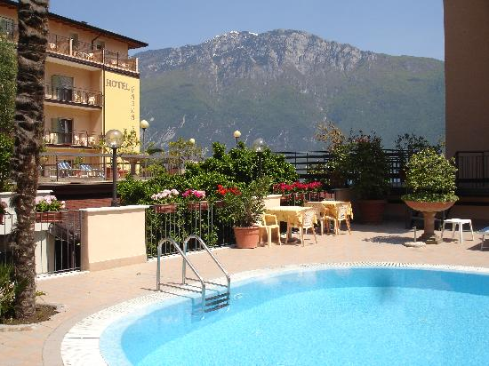 Garda Bellevue: Hotel pool with a view