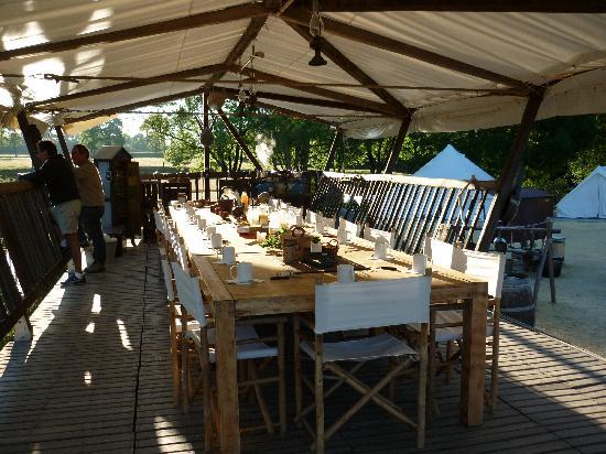 Port-Saint-Pere, Frankreich: table pour diner et petit dejeuner