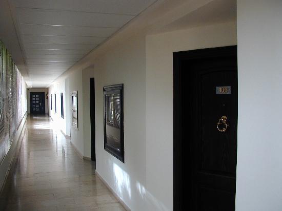 Rest House Tyr Hotel & Resort: couloir, l'autre coté de la chambre sort vers la plage