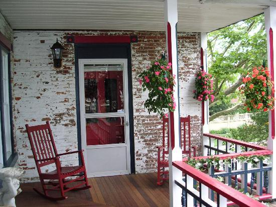 The Patriot House: Patriot House Balcony Porch (shared by two suites)
