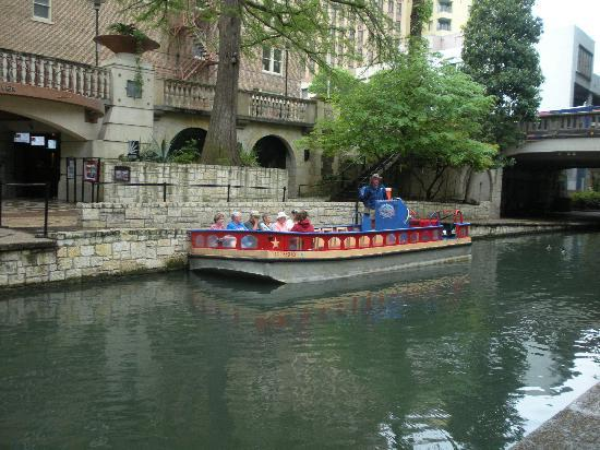 Drury Inn & Suites San Antonio Riverwalk: Riverboat for seeing the sites of Riverwalk