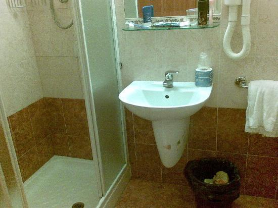 Hotel RomAntica : shower and sink