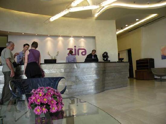 Zira Hotel: Hotel Zira lobby and the great staff!