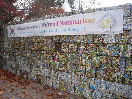 Chuncheon, South Korea: Recycled materials to build a theatre wall