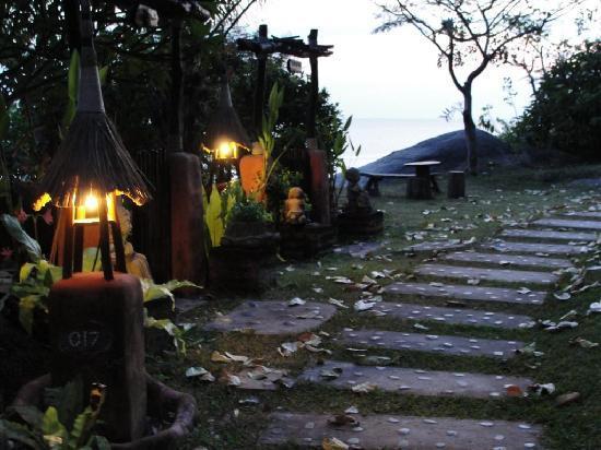 Koh Tao Cabana : Stairs leading up to villas