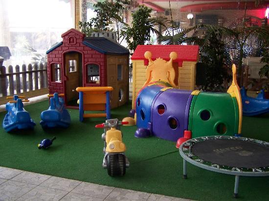 Alykanas Village Hotel: play area inside La Caretta