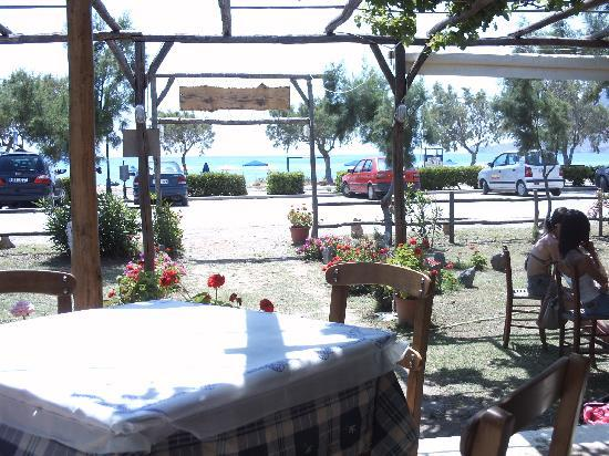AnnaView Apartments: Antonio's ( Taverna off the back of the beach )