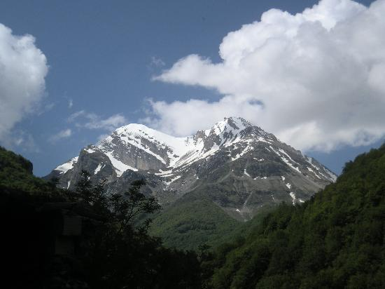 La Grande Quercia Bed & Breakfast: The snow-capped mountains