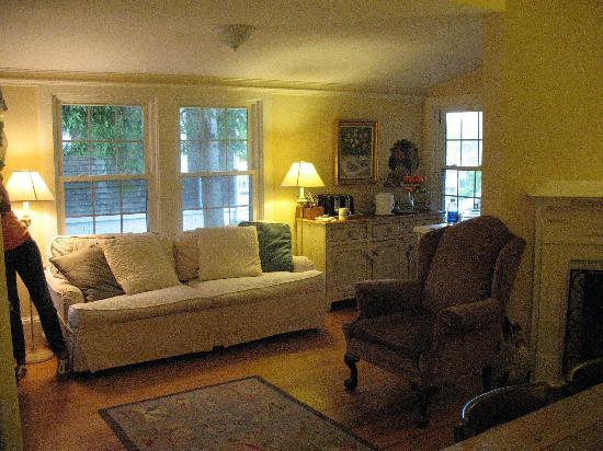 Vineyard Haven, MA: sitting area---cozy!