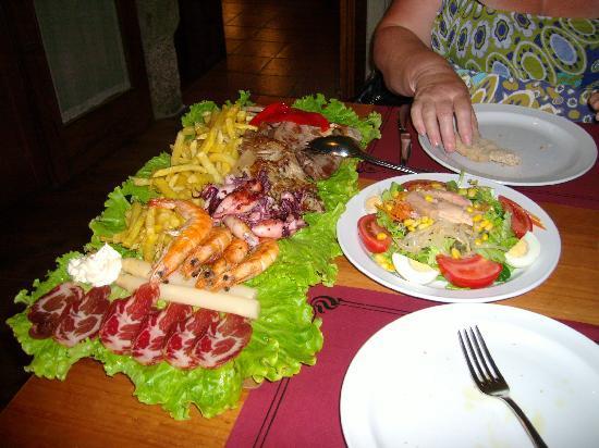 Casal Do Cabildo: Tabla Tierra Mar and mixed salad