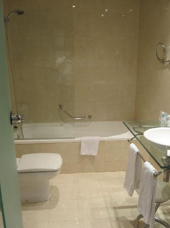 BEST WESTERN Mediterraneo: Very nice, clean bathroom with a great shower.