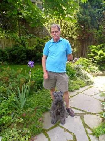 Highgrove Bed & Breakfast: Bruce & Rorie in the front garden