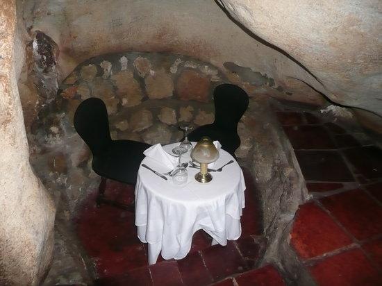 El Meson De La Cava: Me encantó esta mesita super romántica y muy escondidita.