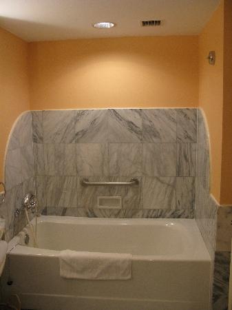 Hyatt Regency Saipan : tub