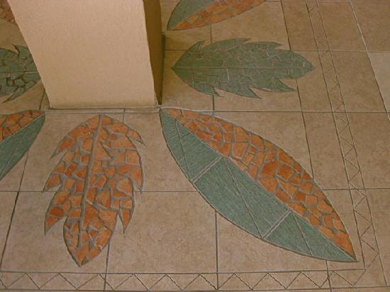 Vaea Hotel Samoa: Beautiful floor mosaic with Samoan bread fruit theme (from outdoor dining area)