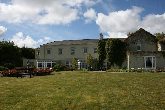 Gregans Castle Hotel: Gregans - front lawn and entrance