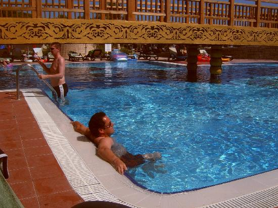 Royal Dragon Hotel : Relaxing pool time