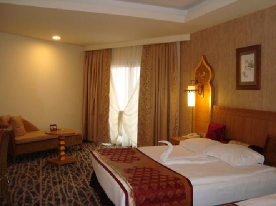 Royal Dragon Hotel : Standard dragon bedroom
