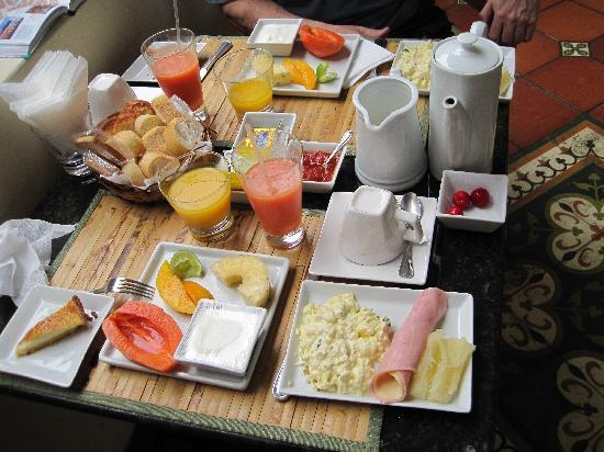 Hotel Casa do Amarelindo: Fresh fruit breakfast at Hotel Casa do Amarlelindo - a great way to start each day!