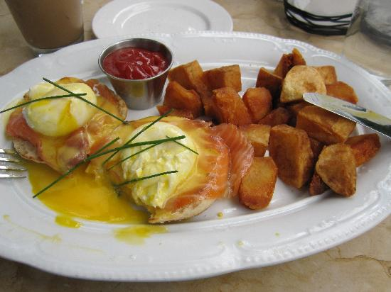 Hotel Belleclaire: Delicious Eggs Benedict with Smoked Salmon at the West Branch Restaurant!