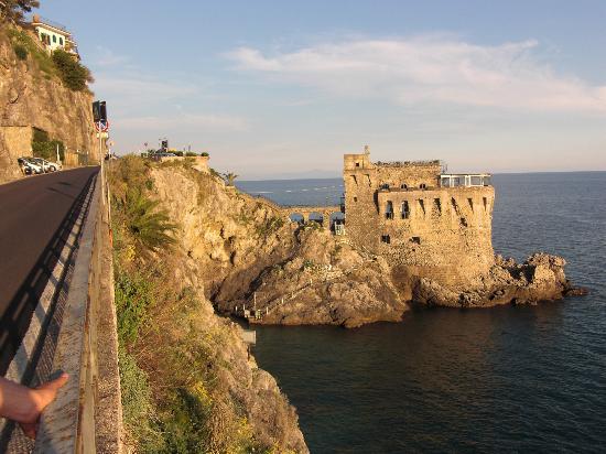 Maiori, Italia: la torre vista dalla strada statale