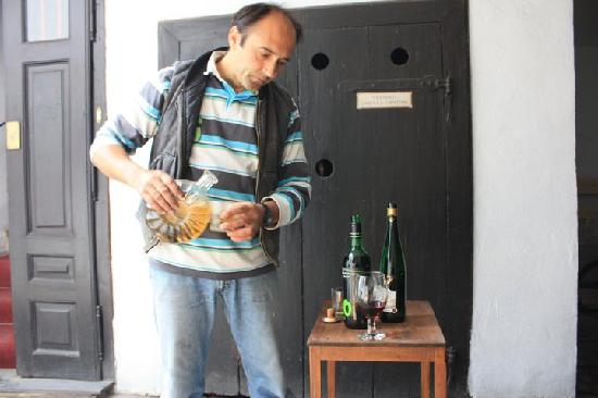Guesthouse Postavarului: Andre with drinks