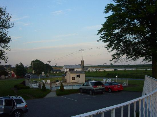 Amish Country Motel: POOL VIEW