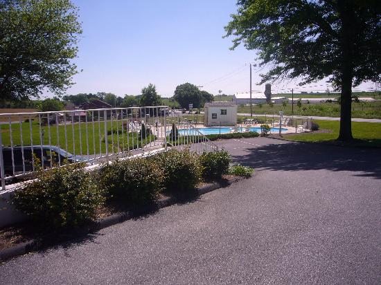 Amish Country Motel: VIEW OF POOL