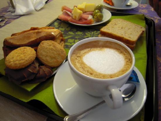 Althea Inn : 朝食(パンとハム・チーズか、チョコ系パンか、選べます)