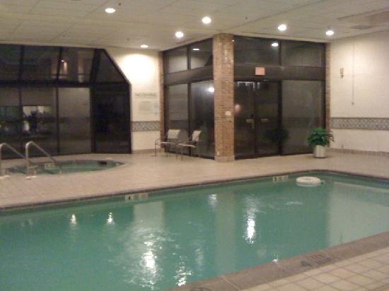Courtyard Hartford Windsor: Pool and Jacuzzi, open til 11PM