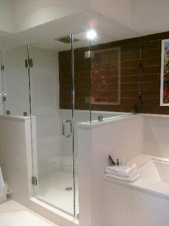 City Loft Hotel: Spacious shower with 4 shower heads