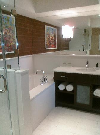 City Loft Hotel: Large soaking tub tucked in corner