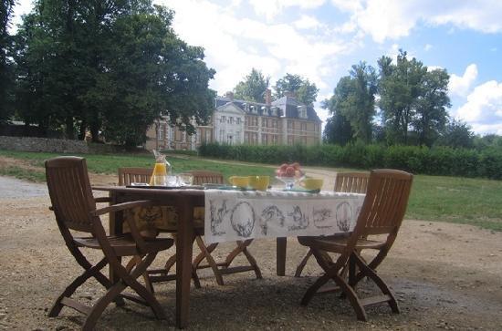 La Haye-Malherbe, Francia: Le petit déjeuner avec vue sur le château d'Argeronne