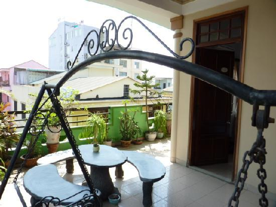 Halo Guesthouse: terrasse