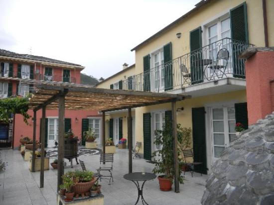 A Durmi: courtyard and our room