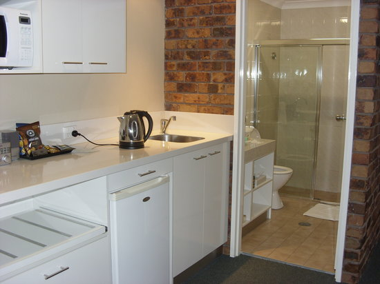Ballina Palms Boutique Motel: Kitchen with bathroom