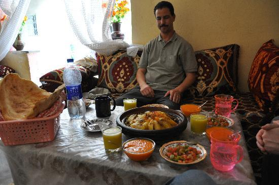 Berber Travel Adventures : Jamal and our lunch spread