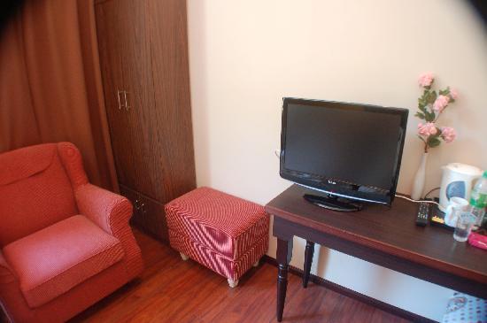 Hotel Eden54: TV and sofa
