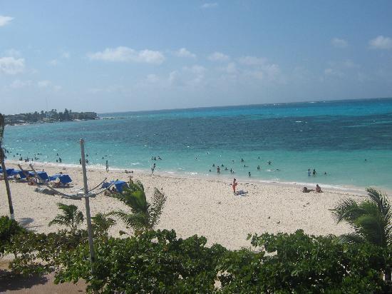 Hotel Bahia Sardina: Esta es la playa en frente del hotel.