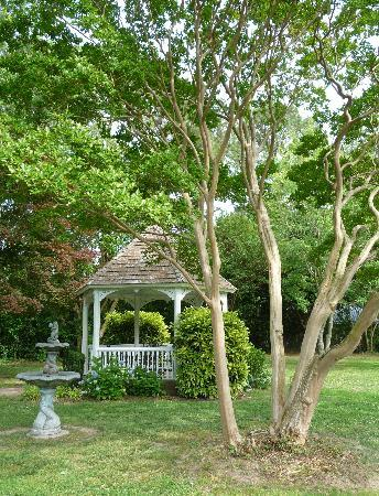 1882 Colonial Manor Inn: Backyard Gazebo