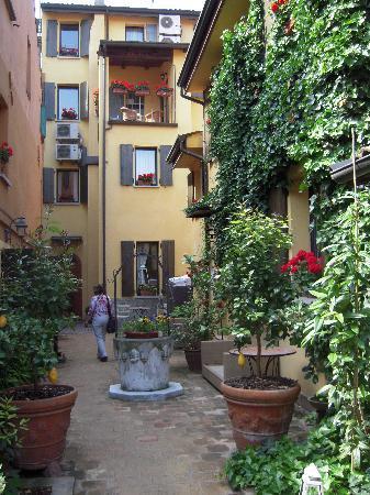 هوتل بورتا سان مامولو: Hotel garden courtyard