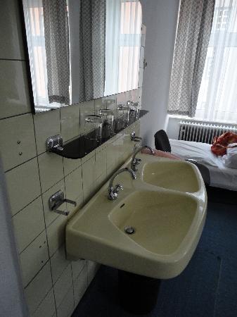 Hotel Jakober Hof : Sink area in our room