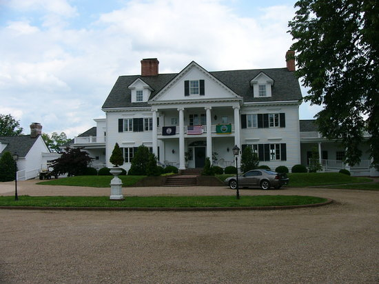 Inn at Warner Hall: Main entrance from the driveway