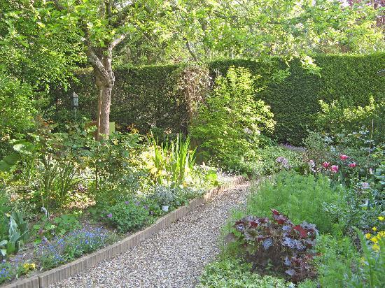 Le Clos Fleuri: Garden