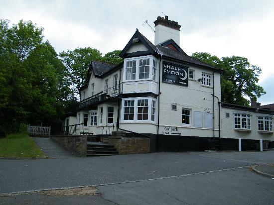 Barrington Lodge: Le pub derrière l'hotel