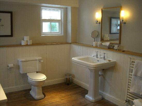 Wheelwrights Arms : Bathroom in room 2