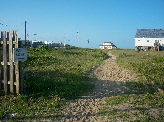 Baymont Inn & Suites Kitty Hawk Outer Banks: Walking path to the beach